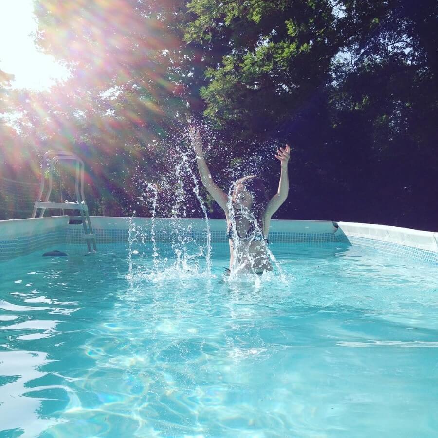 zwembad van kindvriendelijke camping en gîtes: Domaine de Marque in de Pyreneeën