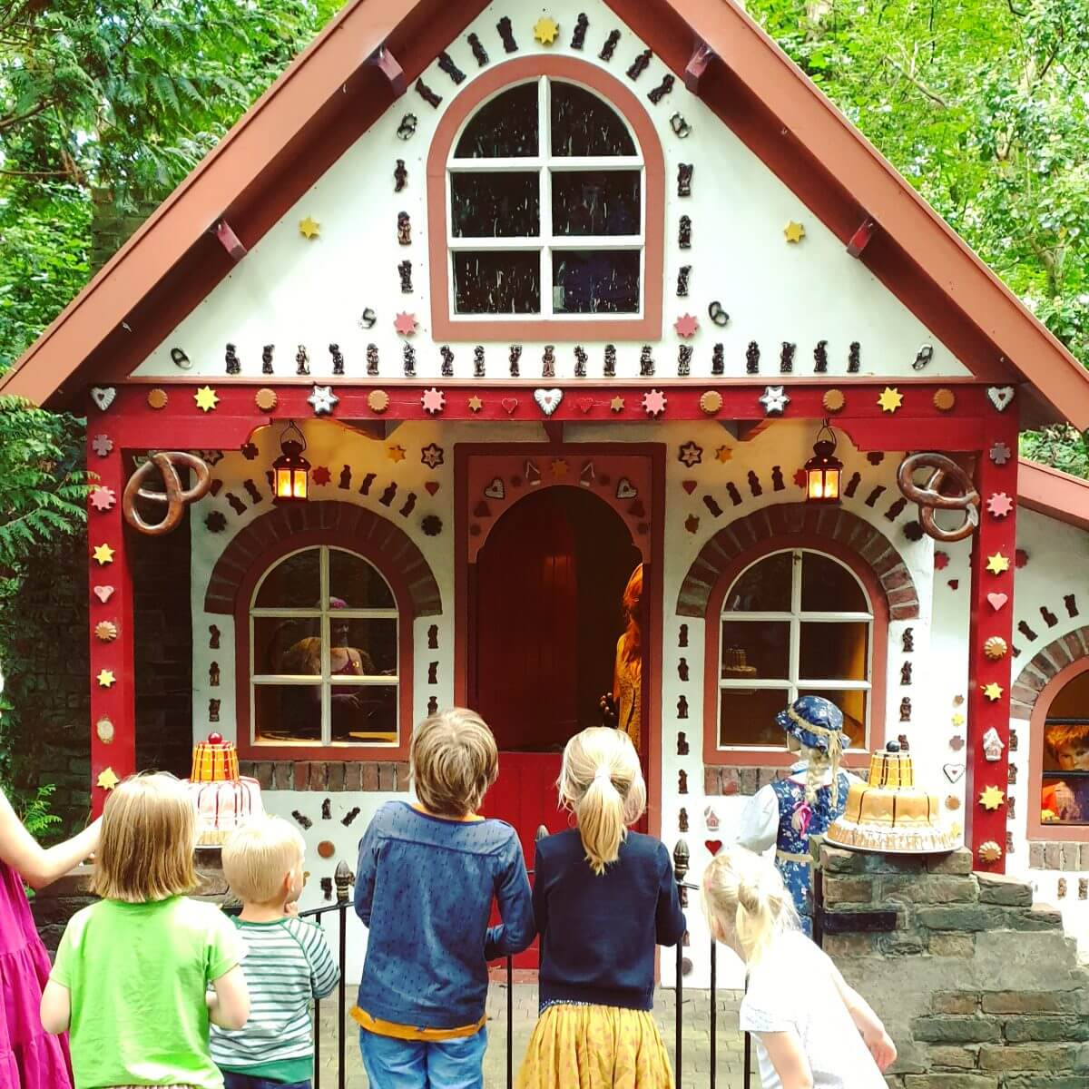 het snoephuisje van Hans en Grietje in het sprookjesbos van Sprookjeswonderland