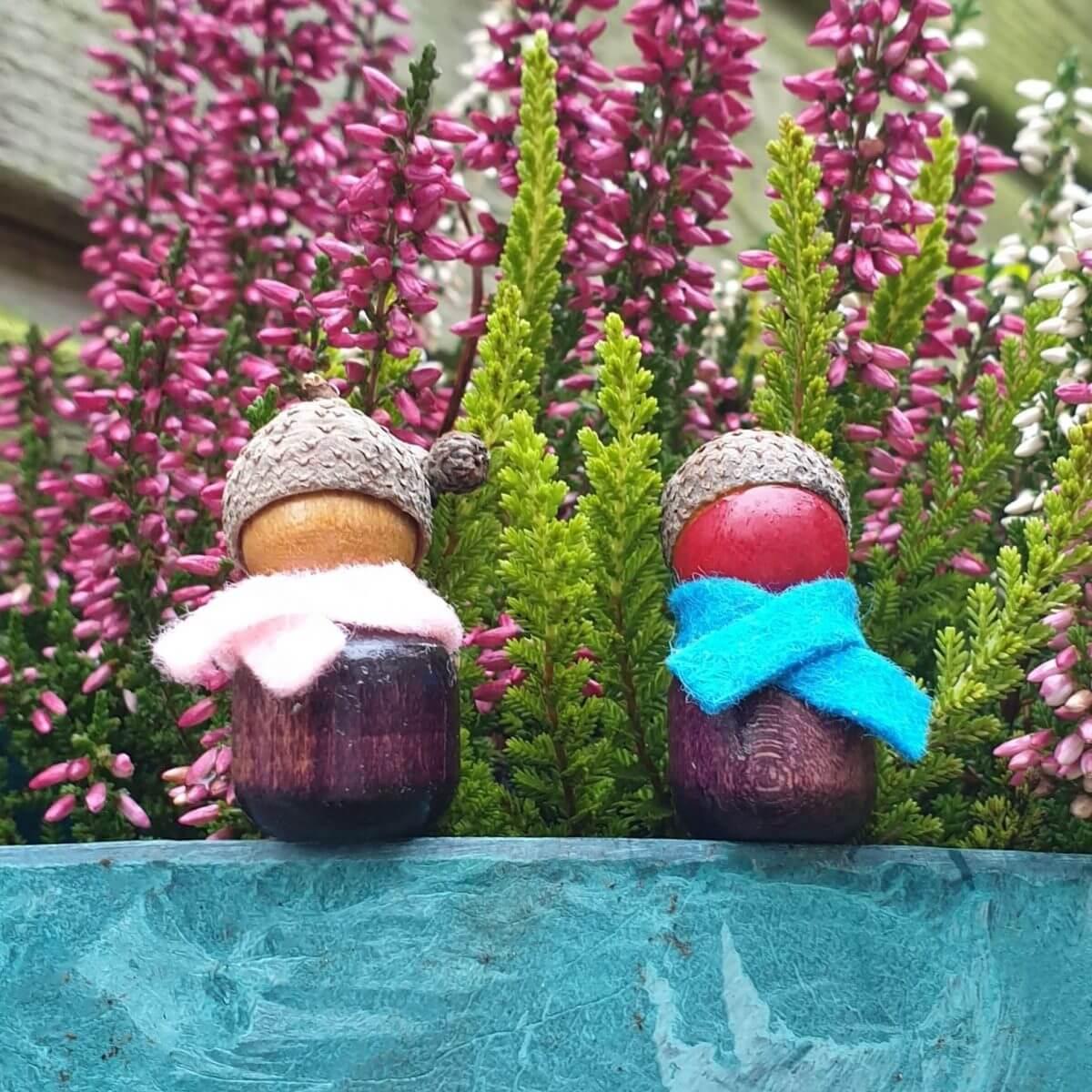 Herfst knutselen: poppetjes van kralen en eikeltjes dopjes