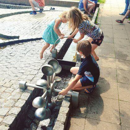 101 leuke uitjes met kinderen in Nederland en België – binnen en buiten. De waterspeeltuin en terras in park Sonsbeek bij het Watermuseum