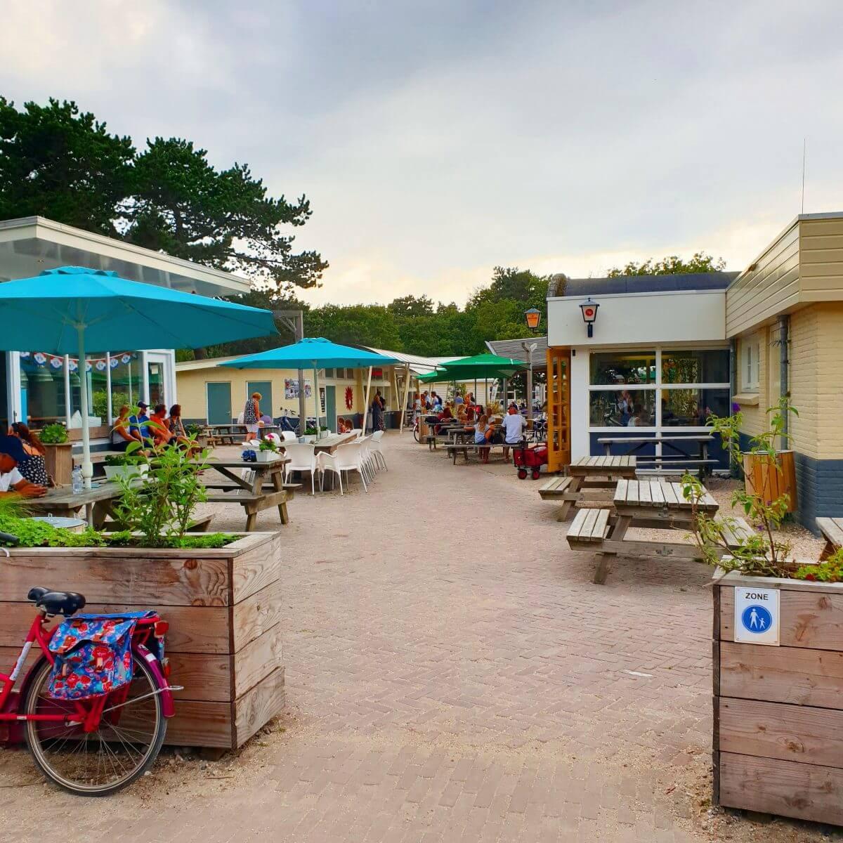 het dorpsplein van camping bakkum