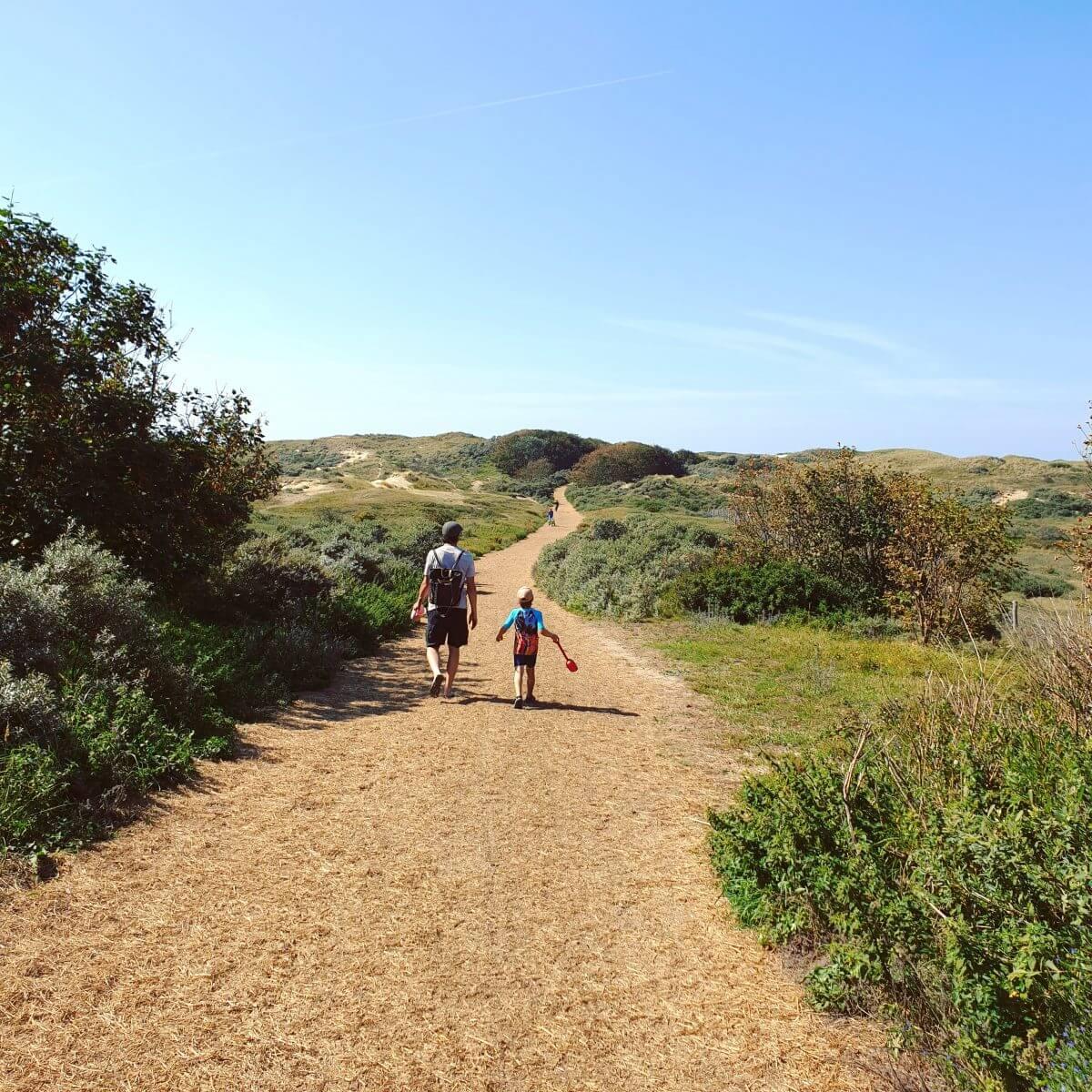 wandelen naar strand Bakkum
