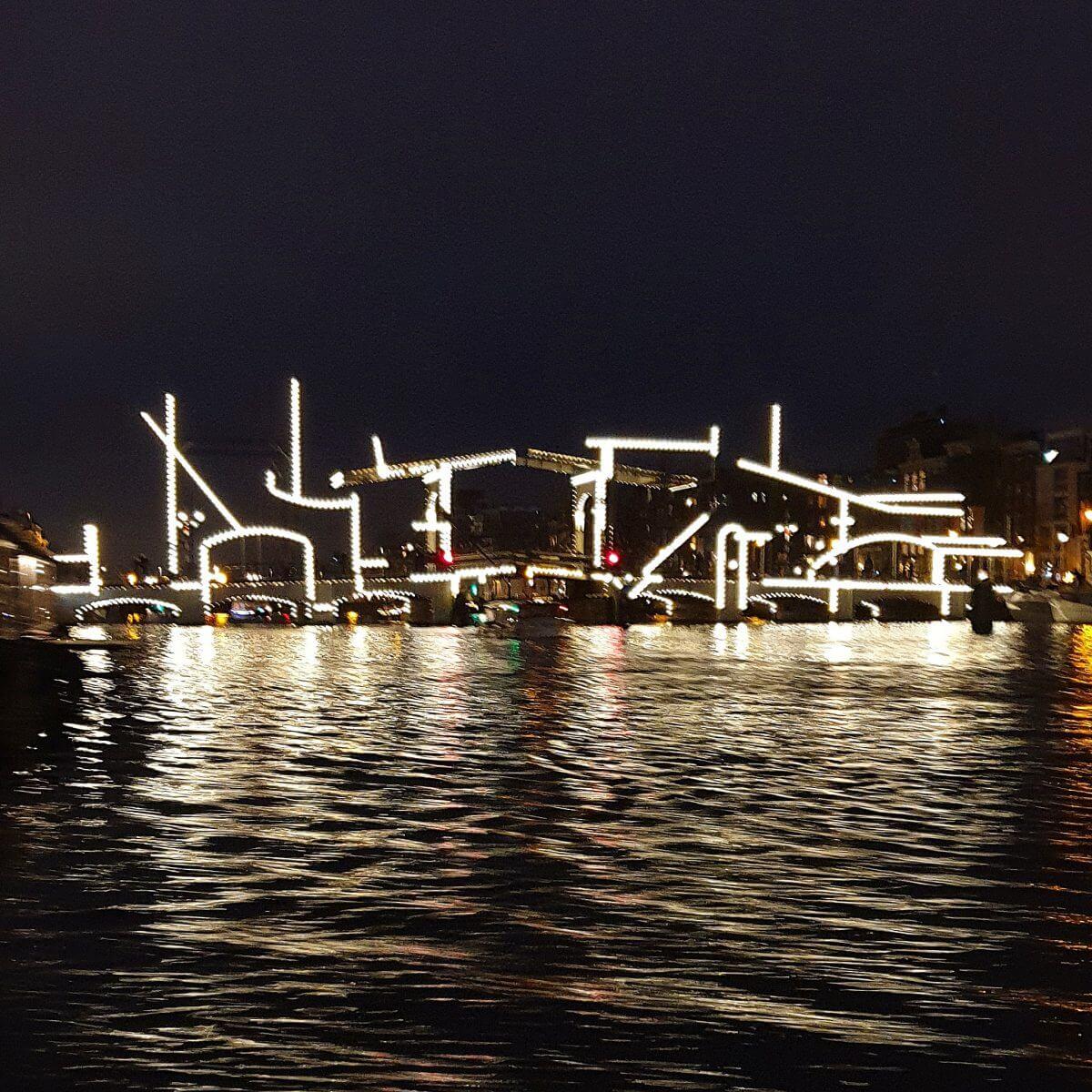 Fabeltjeskrant boottocht voor kinderen bij het AmsterdamLight Festival - Kunstwerk Nachttekening bij de Magere Brug