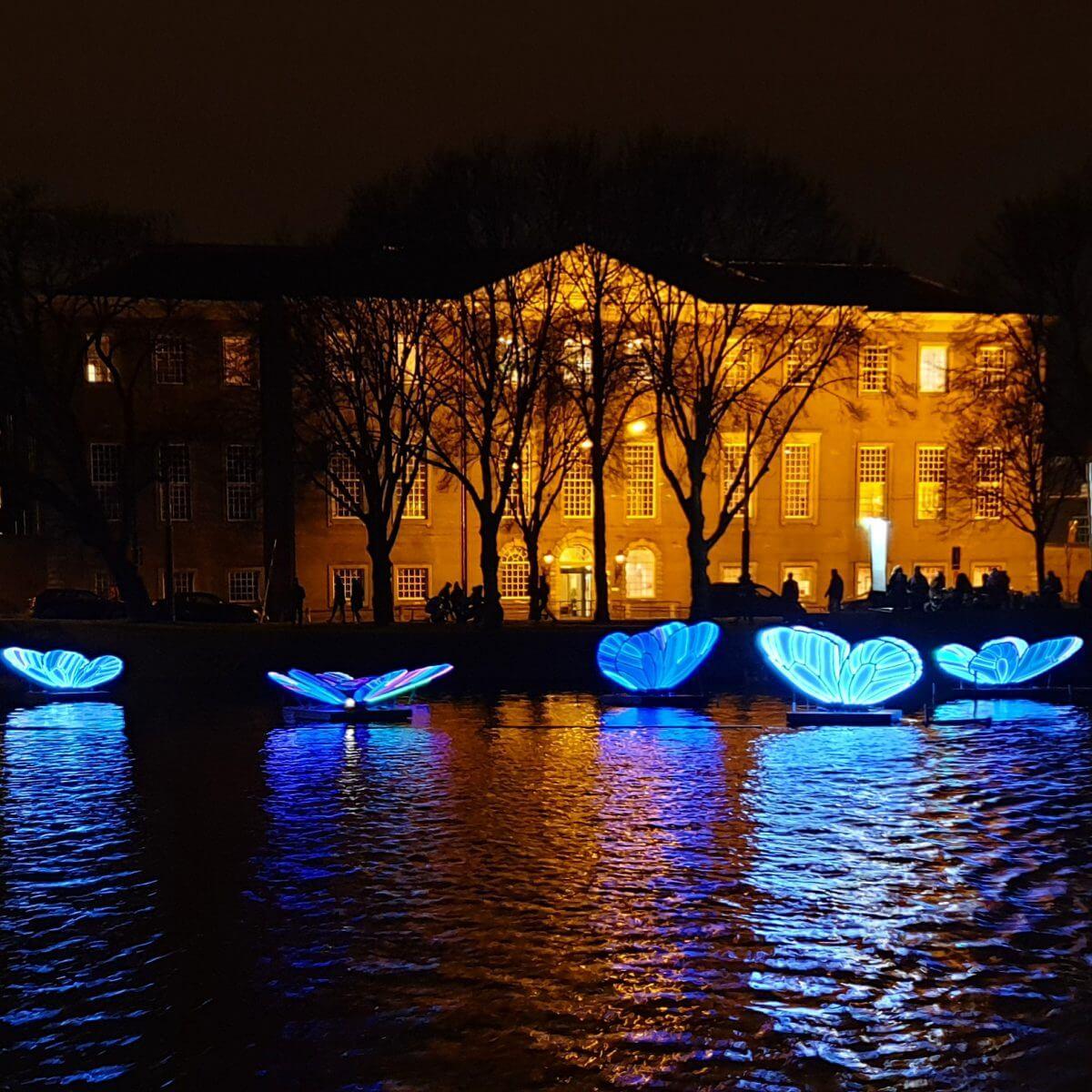 Fabeltjeskrant boottocht voor kinderen bij het AmsterdamLight Festival - kunstwerk Butterfly Effect met vlinders in het water
