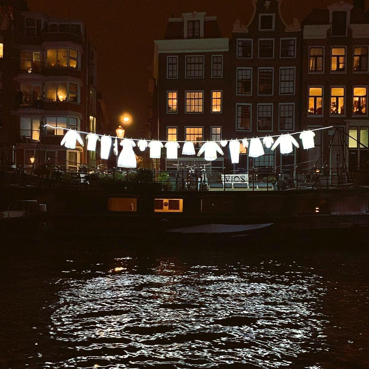 Het kunstwerk Neighbourhood leidt tot hilariteit tijdens het Amsterdam Light Festival