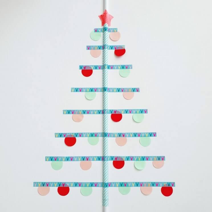 kerstboom van masking tape op muur of ruit