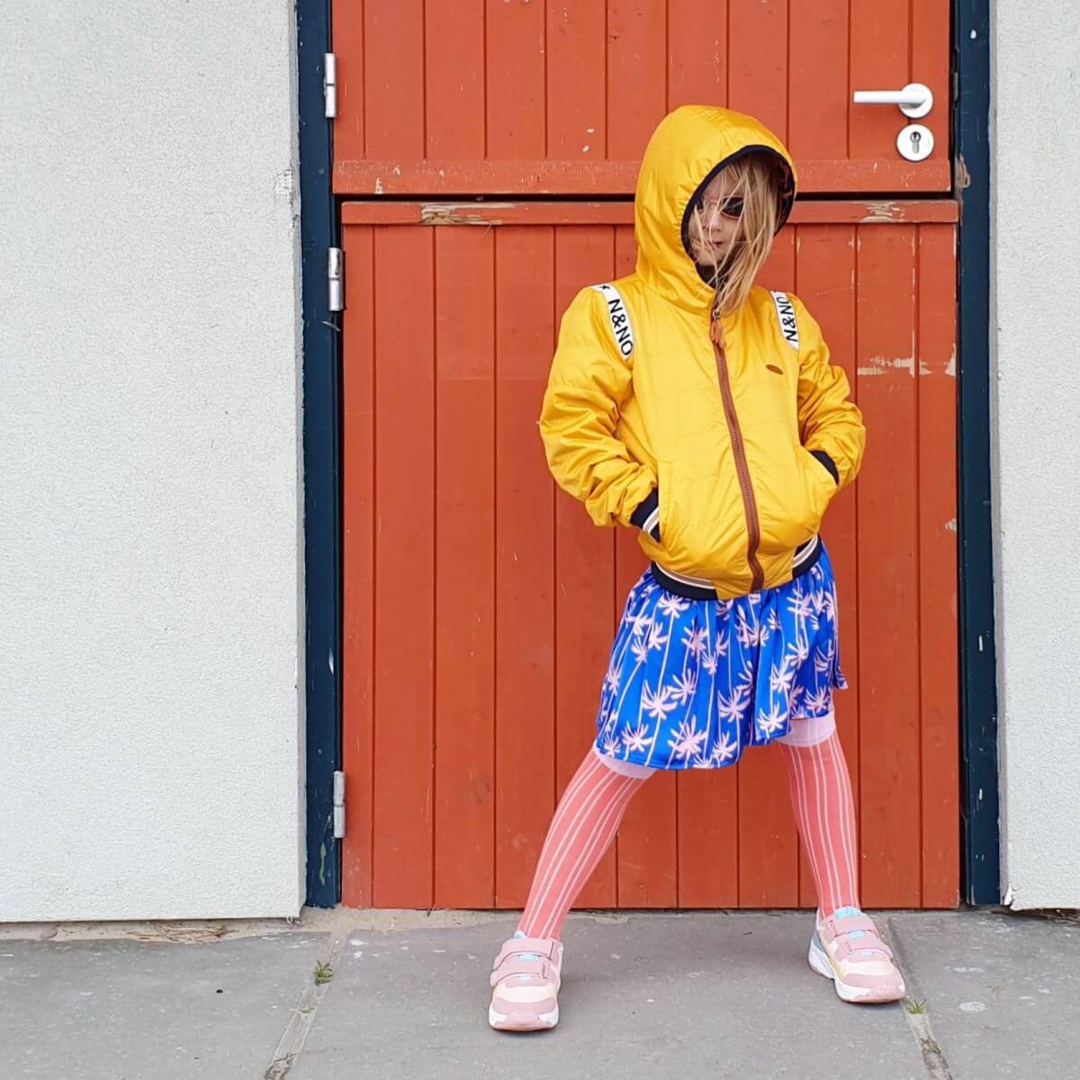 Lente outfit voor meisjes: gerecycled jasje en duurzame kinderschoenen