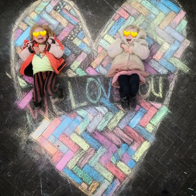 Stoepkrijt tekening voor Valentijnsdag- hartje met tekst