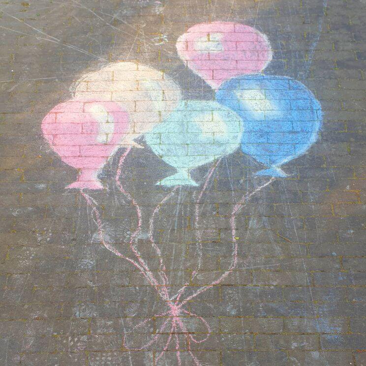 Stoepkrijt tekeningen maken: toffe tips en ideeën - ballonnen om te feliciteren