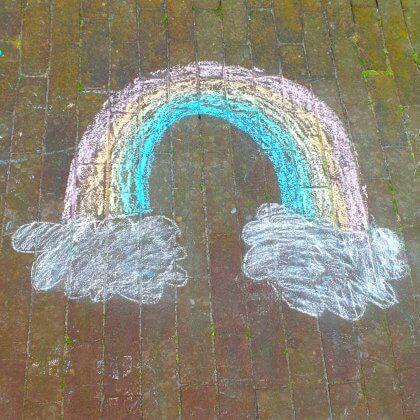 Stoepkrijt tekeningen maken: toffe tips en ideeën - regenboog met wolken