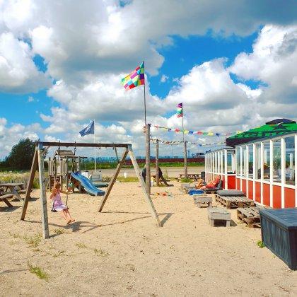 Kindvriendelijke restaurants en hotels: met speeltuin en ander leuks. Kaap Oost op Zeeburgereiland: een soort strandtent bij funsportpark Wind 'n Wheels. Met heel veel zand, speelgoed, speeltoestellen en zwembadjes.