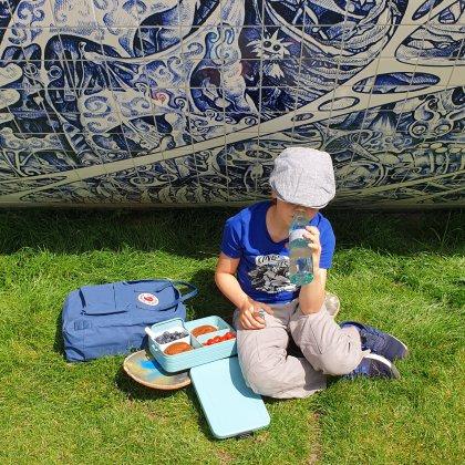 Samen picknicken bij het skatepark. Dit is de Mepal Bento lunchbox Take a Break en waterfles Ellipse