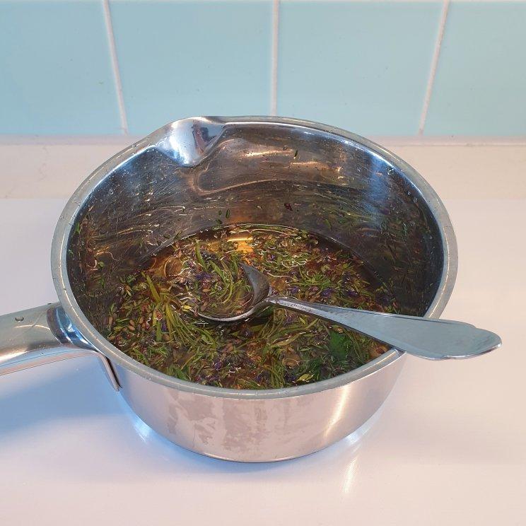 de kruiden in een pannetje verwarmen