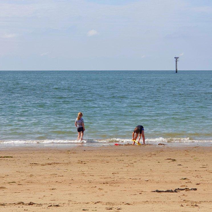 schatten zoeken op het strand
