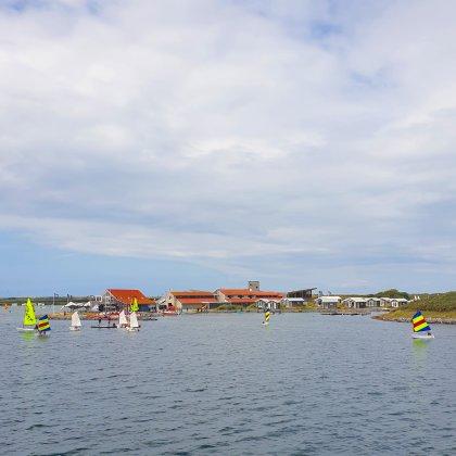 101 uitjes met tieners in Nederland en België. Surfen en zeilen bij de Brouwersdam