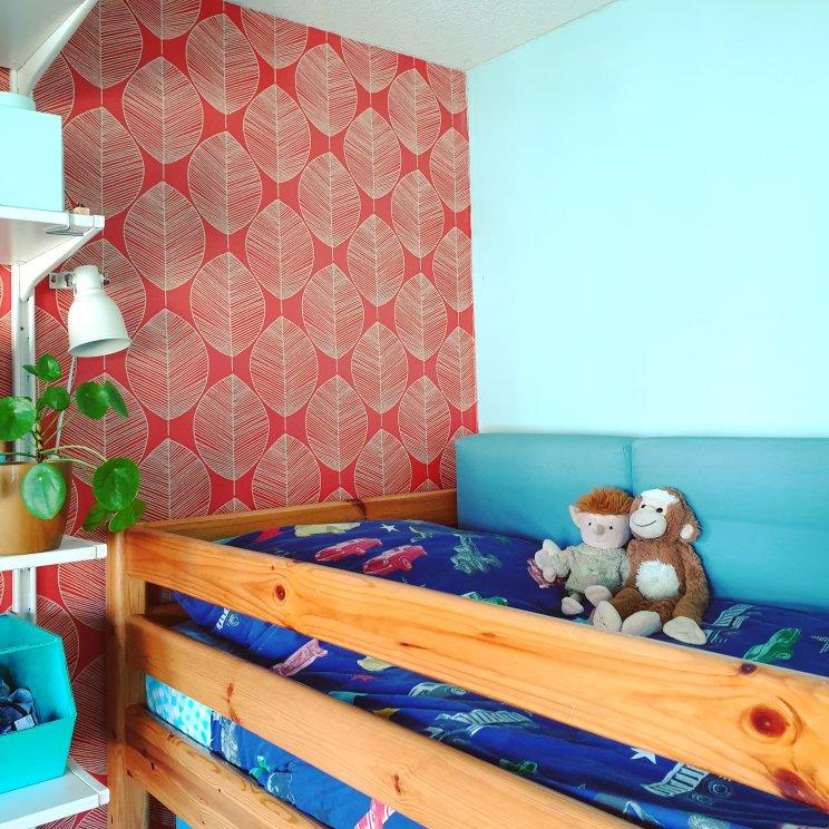 gezellig hoekje op het bed - kleurrijke vintage kinderkamer