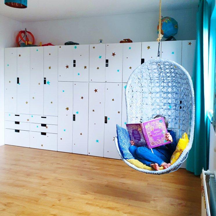 Kinderkamer inspiratie: retro jongenskamer met hout, blauw, rood en geel - kledingkast Ikea Stuva en hangstoel