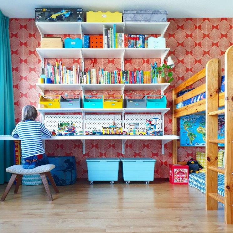 Kinderkamer inspiratie: retro jongenskamer met hout, blauw, rood en geel - wandkast en bureau in een