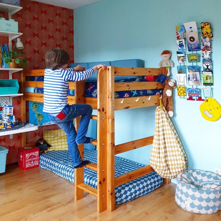 Kinderkamer inspiratie: retro jongenskamer met hout, blauw, rood en geel - behang, houten hoogslaper en leuke printjes