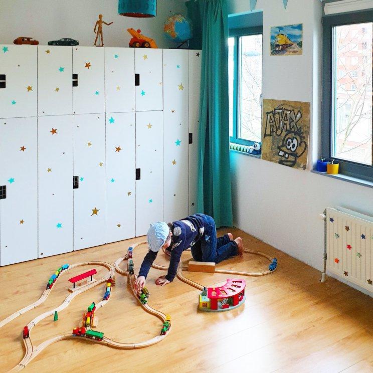 spelen met de houten trein - kleurrijke kinderkamer
