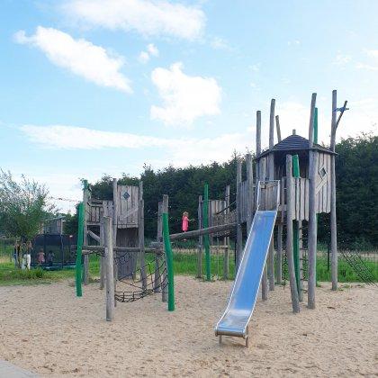 Smullen en Spelen in Almere kindvriendelijk restaurant met grote speeltuin - houten speeltuin