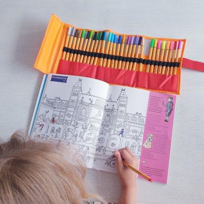Stiften gaan doorgaans veel te snel op, die kopen we niet meer. Deze kleurenpennen van Stabilo vind ik een perfect alternatief. We hebben ze inmiddels een jaar en ze doen het nog allemaal. Als er toch een op is kun je een losse nieuwe kopen. Wij hebben een set met etui gekocht, die gaat overal mee naartoe. De kids kleuren, tekenen, handletteren en schrijven ermee, ideaal.