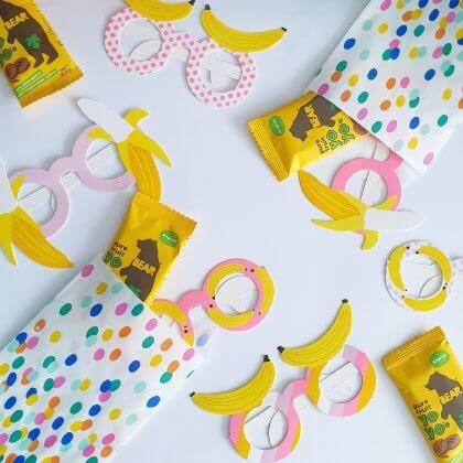 corona proof gezonde voorverpakte traktatie op school, ook leuk voor tieners in de bovenbouw - met gezond gedroogd fruit met feestbril en traktatiezakje