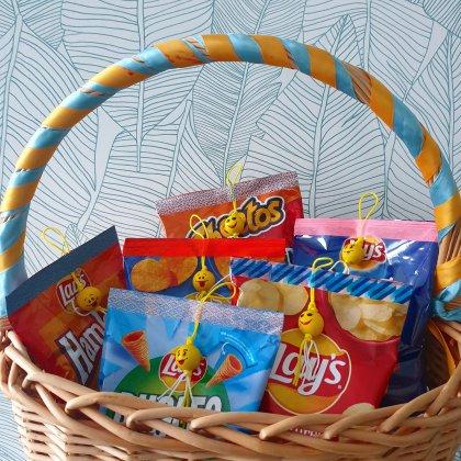 corona proof voorverpakte traktatie op school, ook leuk voor tieners in de bovenbouw - zakjes chips met smiley gelukspoppetje