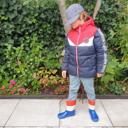 De leukste winterjassen voor meisjes en jongens + hier let je op - jongensjas van We Fashion van gerecycled polyester