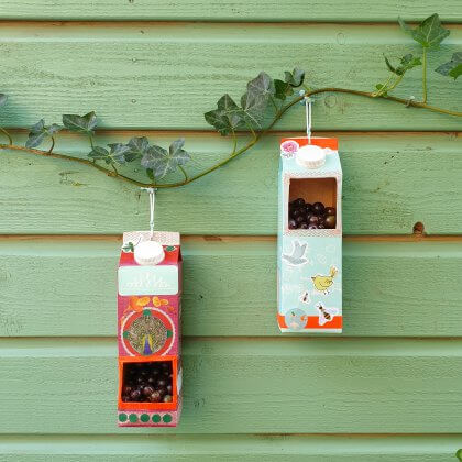 vogelvoer huisje knutselen van een melkpak- Herfst knutselen met kinderen als het buiten kouder wordt