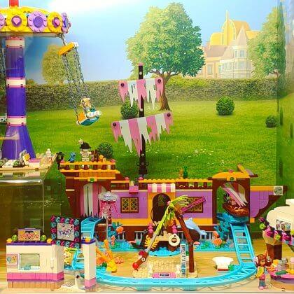 LEGO cadeau ideeën: onze tips voor kinderen van 6, 7 of 8 jaar. Met LEGO Friends richt het merk zich wat meer op meisjes. De sets hebben veel roze en andere felle kleuren. Daarnaast hebben ze wat minder kleine onderdelen.