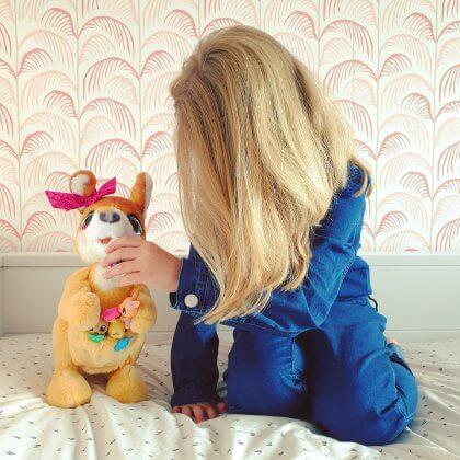 FurReal Mama Josie de kangoeroe, interactieve knuffel met kleintjes
