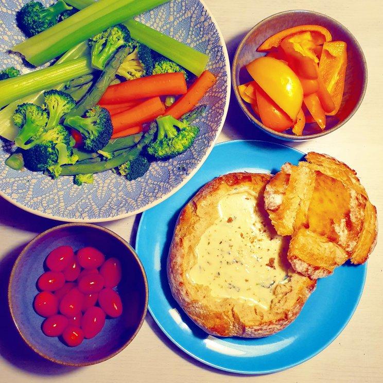 Recept voor kindvriendelijke kaasfondue geserveerd in brood