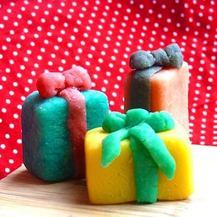 Sinterklaas recepten: leuke ideeën om te knutselen met eten - sinterklaas cadeau van marsepein knutselen