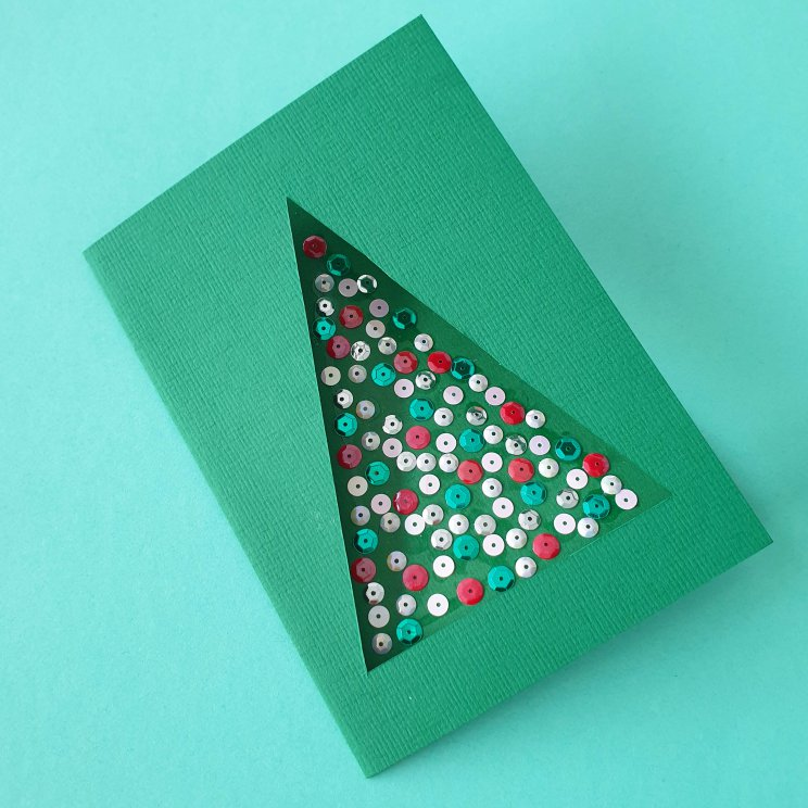 kerstkaarten knutselen met kinderen - kerstboom met glitters in vensterkaart