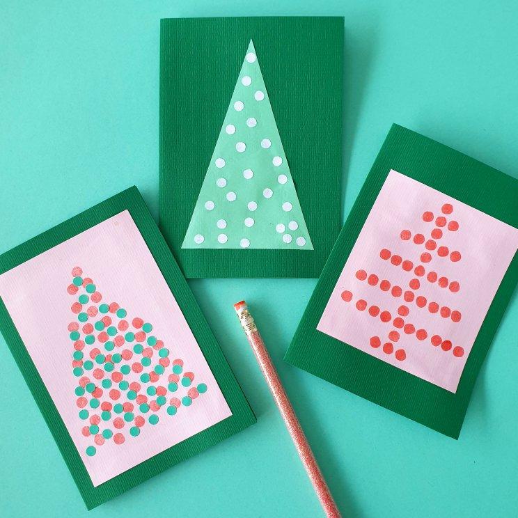 kerstkaarten knutselen met kinderen - kerstboom met stippen van stempels en confettti