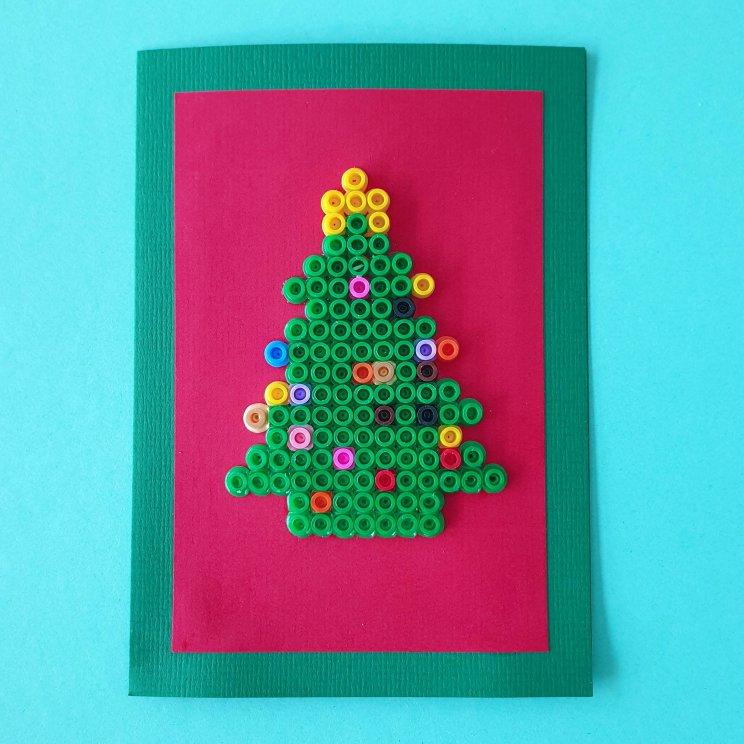 kerstkaarten knutselen met kinderen - kerstboom van strijkkralen