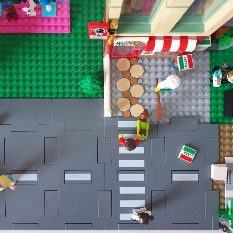 Het zelfgemaakte LEGO Friends bureau, DIY LEGO tafel, met nieuwe straatplaten en wegplaten