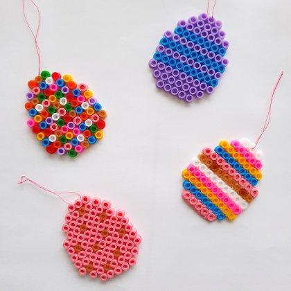 DIY paastakken: paashangers van strijkkralen knutselen met kinderen, gezellig met Pasen