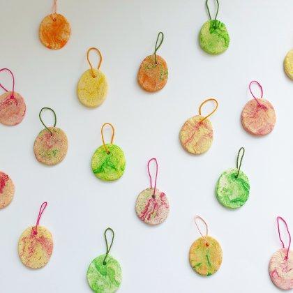 DIY paastakken: paashangers van zoutdeeg klei knutselen met kinderen, gezellig met Pasen
