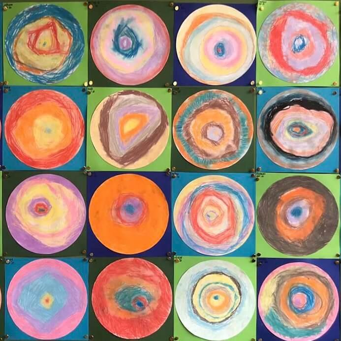 Thuis kunst voor kinderen: online workshops, boeken en knutselen. De werken van Kandinsky zijn leuk om na te maken met kinderen. Deze cirkels maakten mijn nichtje en haar klasgenoten. Je kunt ze maken met gewone potloden, of met aquarelpotloden.