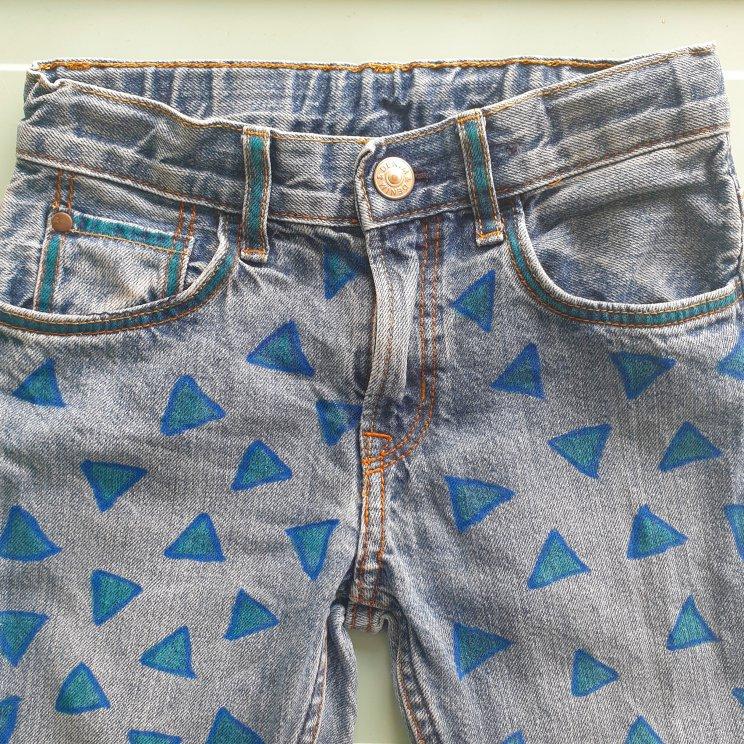 Kinderkleding versieren met textielstiften, broek met geometrische figuren, leuk voor jongens en meisjes