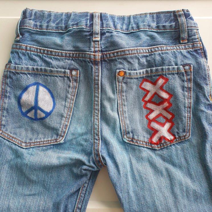 Kinderkleding versieren met textielstiften, broek met logo's, leuk voor jongens en meisjes