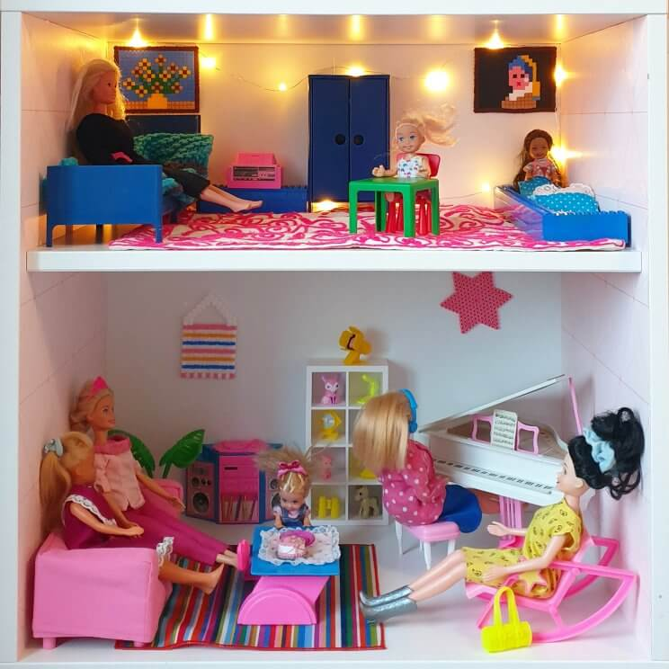 zelfgemaakt Barbiehuis in de kast