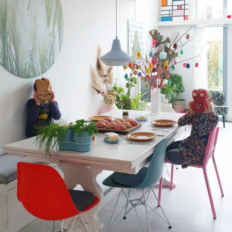 Binnenkijker: kleurrijke woonkamer met witte basis plus groen en vintage. De eettafel staat bij ons centraal in de woonkamer, tussen de keuken en de zithoek. Het is een vintage erfstuk, voor mij vol herinneringen en net even anders dan anders. We verfden de tafel wit, zodat hij bij onze stijl past.