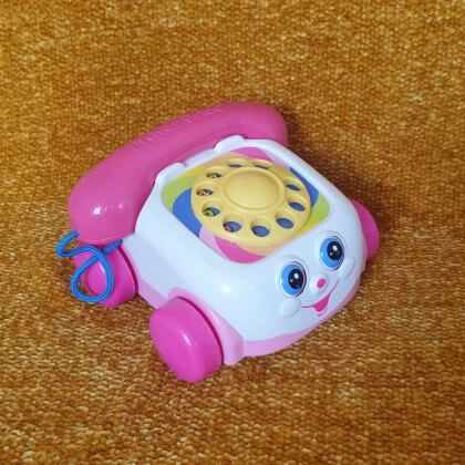 Leukste kraamcadeau: 101 cadeau ideeën voor de geboorte van een baby. Fisher Price telefoon aan touwtje, genaamd Kwebbeltelefoon