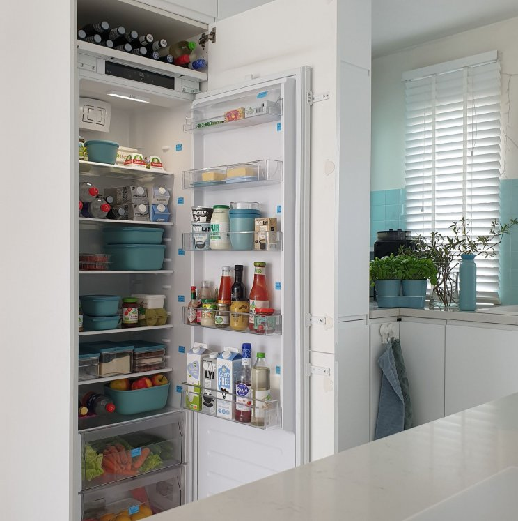 Wij hebben een hoge koelkast, met ernaast een vriezer. De laatste jaren worden veel keukens zo aangelegd en dat is zo fijn! Met een gezin heb je al snel veel eten in de koelkast, zo is er veel ruimte.