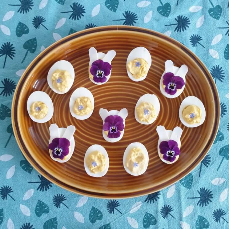 Eieren versieren met viooltjes