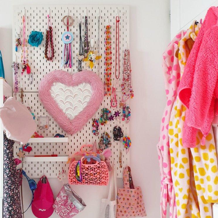 Ikea hack: DIY speelgoedkast met LEGO tafel, kinderkeuken en Barbie huis, met een spiegel om te tutten