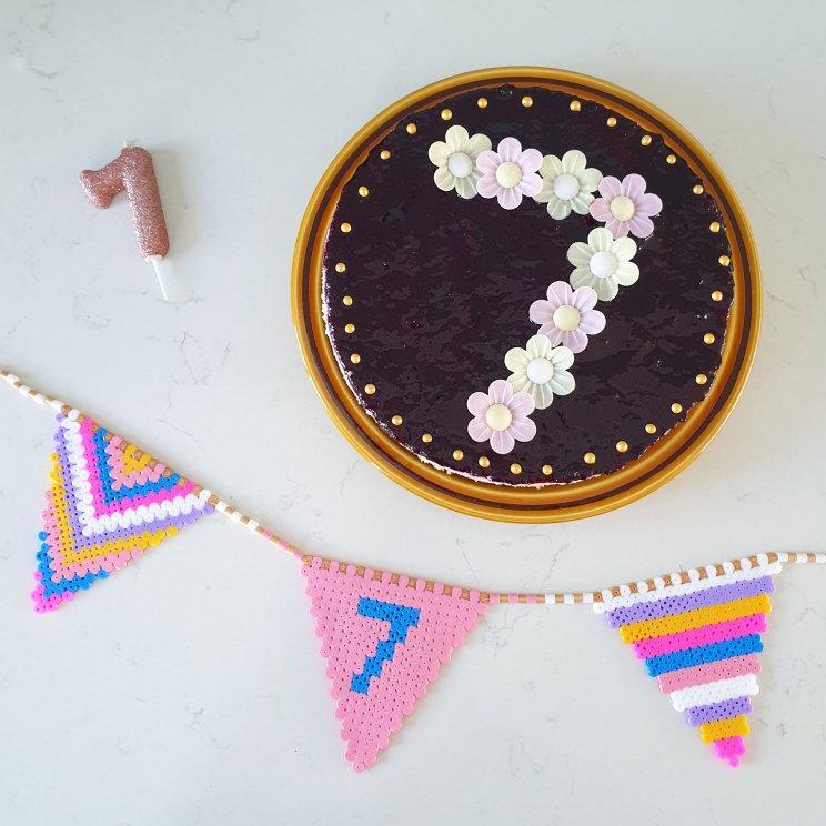 Vlaggetjes slinger van strijkkralen en recept voor verjaardagstaart. Birthday cake recipe and hama bead bunting